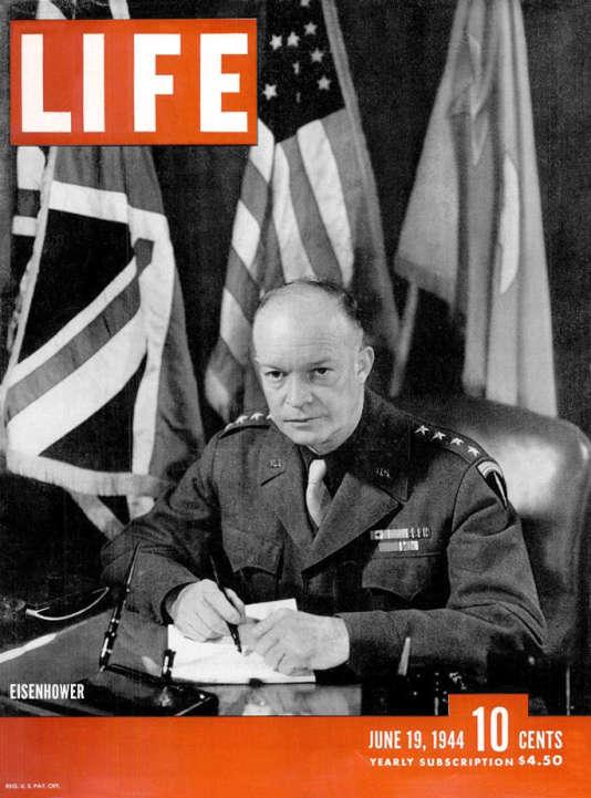 Le général Eisenhower, en couverture du numéro de «Life» qui contient les photos de Robert Capa, réceptionnées par John Morris.