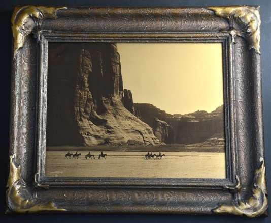 Canyon de Chelly - Navaho 1904. Goldtone print 11 x 14 inches. Cadre d'époque.