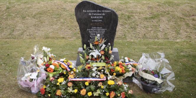 Stèle à Cherbourg en hommage aux victimes de l'attentat de Karachi, le 8 mai 2002.