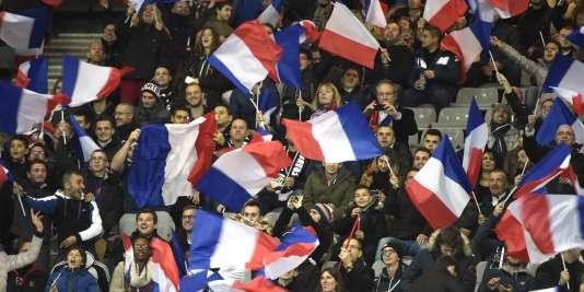 Des supporteurs de l'équipe de France au Stade de France.