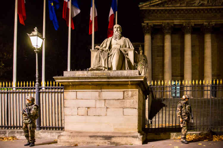 Des soldats avec des équipements de combat sont postés devant l'Assemblée nationale, après une série d'attentats à Paris, samedi 14 novembre, vers 4 h 30.