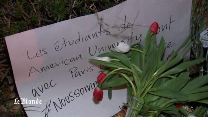 Hommage aux victimes des attentats du 13 novembre, devant l'ambassade de France à Washington DC.