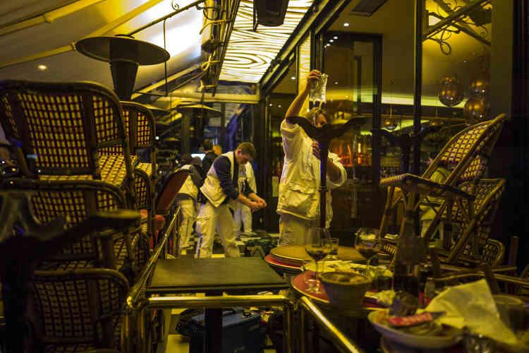 Des secouristes installent un hôpital de campagne dans un restaurant boulevard des Filles-du-Calvaire.