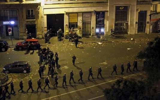 Des forces de police près du Bataclan, vendredi 13 novembre au soir.