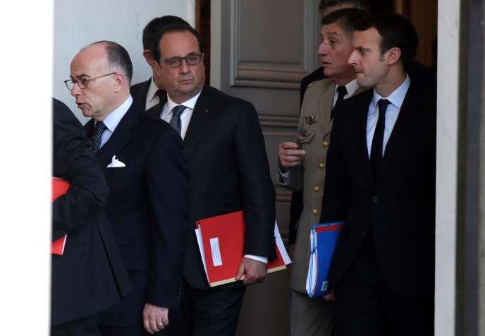 Emmanuel Macron, le ministre de l'économie, (à droite) a participé samedi 14 novembre au matin au conseil de surveillance élargi. La sécurité des sites classés « Seveso » a été évoquée.