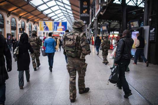 Un soldat patrouille à la gare Saint-Lazare samedi matin, au lendemain des attaques à Paris.