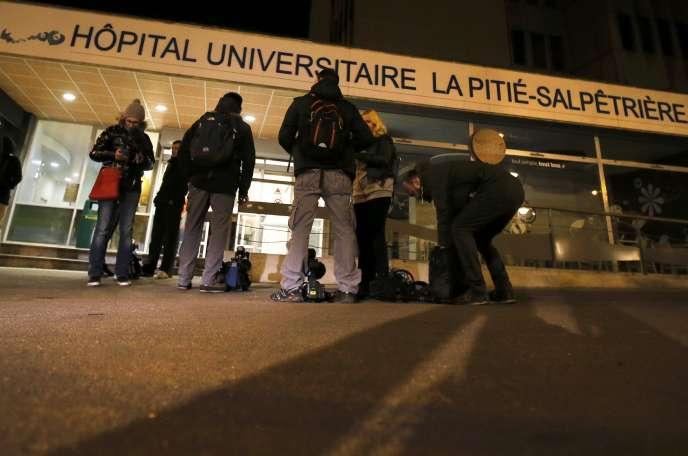 Au lendemain des attentats qui ont fait au moins 129 morts et 352 blessés, à Paris et à Saint-Denis, la situation s'est calmée au fur et à mesure de la journée, samedi 14 novembre, dans les hôpitaux parisiens.