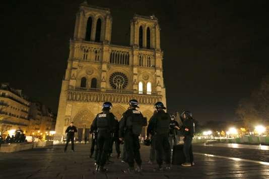 Des policiers patrouillent au pied de la cathédrale Notre-Dame, le 14 novembre.