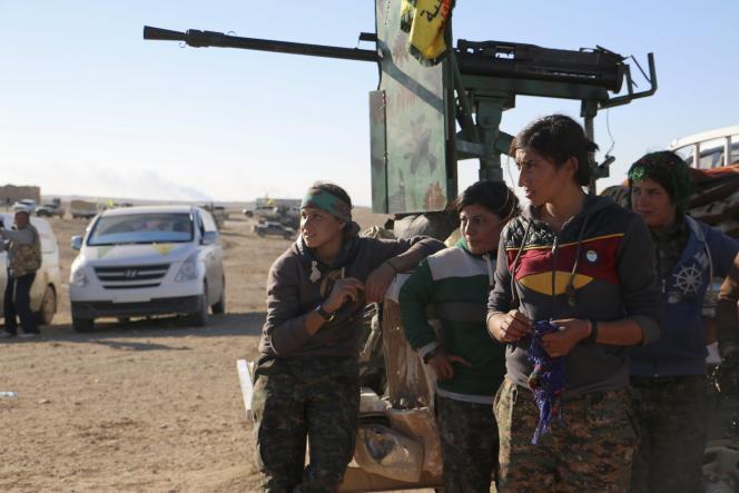 Des femmes combattantes kurdes près de la ville syrienne d'al Houl dans la province d'Hasaka, 14 novembre 2015. REUTERS/Rodi Said