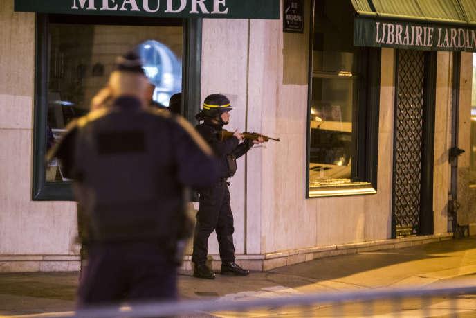 Des policiers se postent autour de l'Elysée et du ministère de l'Intérieur place Beauvau, samedi 14 novembre 2015 - 2015©Jean-Claude Coutausse / french-politics pour Le Monde