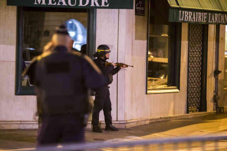 Des policiers se postent autour de l'Elysée et du ministère de l'intérieur, place Beauvau, dans la nuit du 13 au 14 novembre.