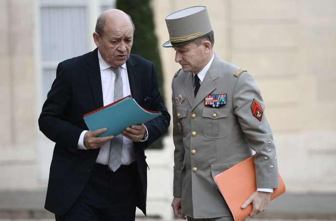 Pierre de Villiers (ici avec le ministre de la défense, Jean-Yves Le Drian, à l'Elysée le 14 novembre) se rendra lundi sur le porte-avions Charles-de-Gaulle, qui prend la relève d'un bâtiment américain au large de la Syrie.