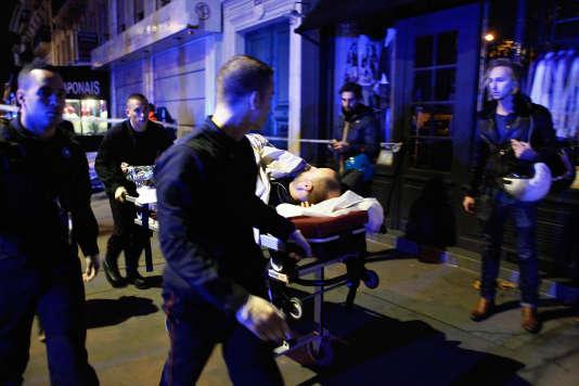 Evacuation d'une victime au Bataclan.