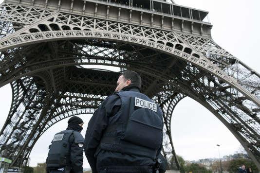 Des agents de police à Paris, le 14 novembre 2015.