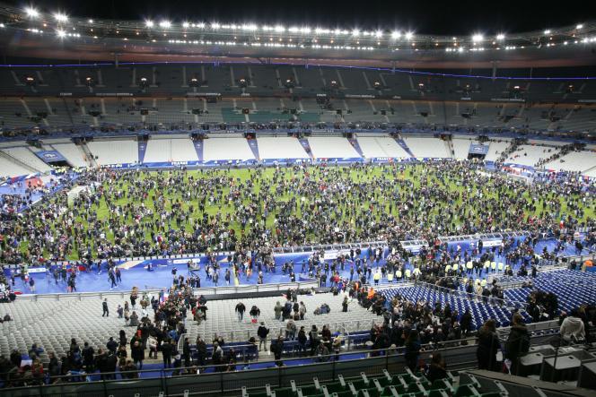 Evacuation du Stade de France vendredi 13 novembre après des attentats-suicide.