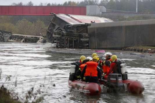 Les équipes de secours, sur les lieux du drame, samedi 14 novembre.