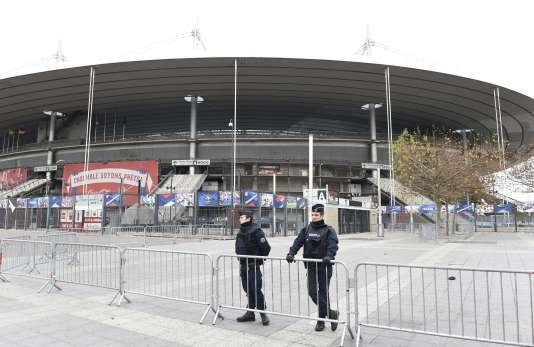 Des policiers devant le Stade de France, au lendemain des attentats du 13 novembre 2015.