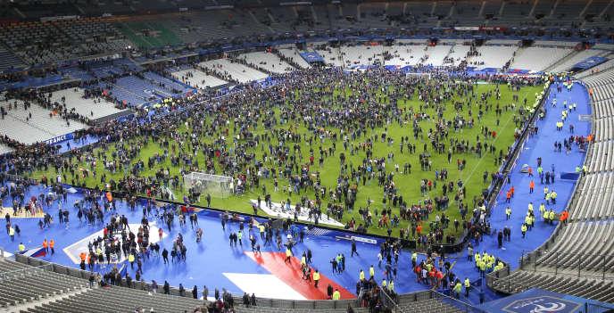Les spectateurs ont envahi la pelouse du Stade de France à l'issue du match France-Allemagne, le 13 novembre 2015.