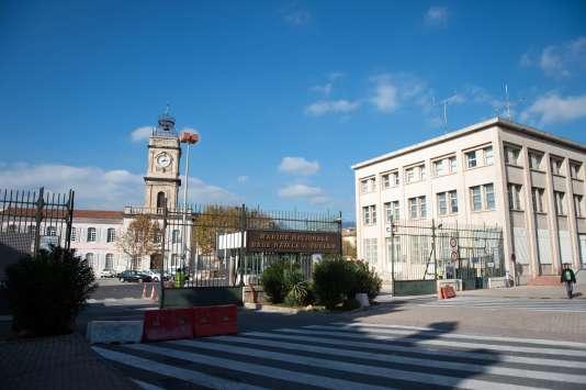 Entrée de la base navale militaire française à Toulon,  dans le Sud de la France. Le 11 novembre 2015, un homme de 25 ans suspecté d'avoir un projet d'attaque contre des militaires de la marine nationale à Toulon a été interpellé et mis en examen.