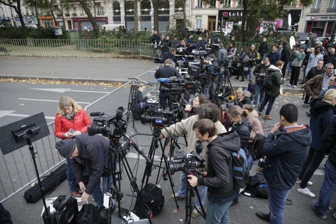 Des journalistes en position à proximité du Bataclan à Paris, samedi 14 novembre.