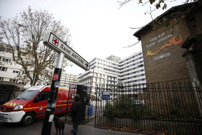 Un camion de pompiers quitte l'hôpital Saint-Antoine à Paris, le 14 novembre, au lendemain des attentats.