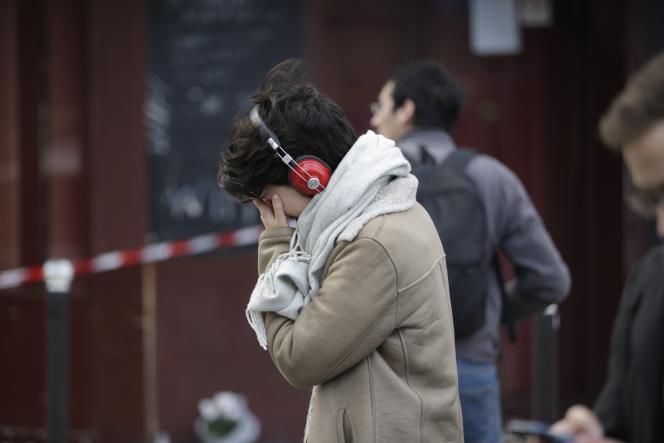 Recueillement devant un bar attaqué par des djihadistes, vendredi 13 au soir, à Paris.