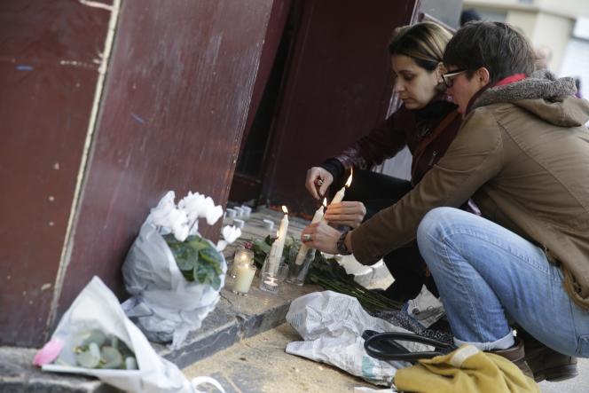 Des Parisiens déposent des fleurs devant le Carillon, dans le 10e arrondissement, où plusieurs ont été tuées vendredi soir 13 novembre.