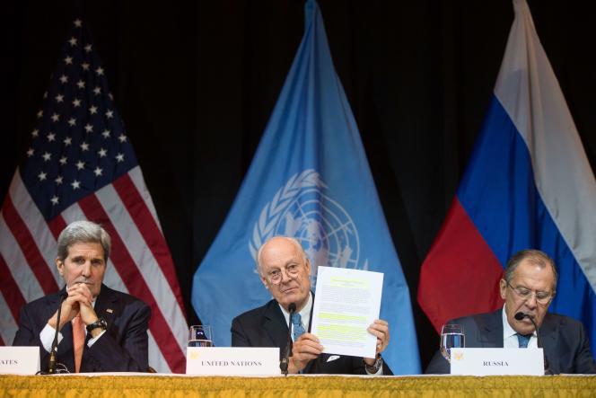 Le secrétaire d'état américain, John Kerry, l'émissaire de l'ONU pour la Syrie, Steffa de Mistura et le ministre russe des affaires étrangères, Sergueï Lavrov, lors d'une réunion sur la Syrie à Vienne, le samedi 14 novembre.