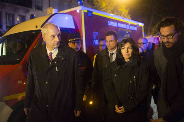 Anne Hidalgo, près du Bataclan, vers 2 h 40. La maire de Paris est la première personnalité politique sur place.