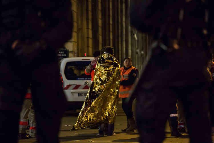 Des victimes et des familles de victimes sont prises en charge par la Croix-Rouge, place Léon-Blum.