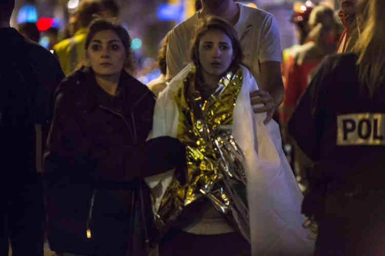 Près du Bataclan, vers 2 heures du matin. Des personnes blessées ou choquées quittent le lieu de l'attaque.