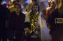 Des personnes blessées ou choquées quittent le lieu de l'attaque terroriste du Bataclan le 13 novembre 2015 à Paris.