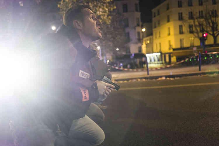 Vendredi soir, vers minuit. Des policiers se mettent à couvert tandis que des individus tirent dans leur direction, boulevard des Filles-du-Calvaire à Paris, à 500 mètres de la salle du Bataclan dans laquelle se déroulait au même moment une attaque terroriste.