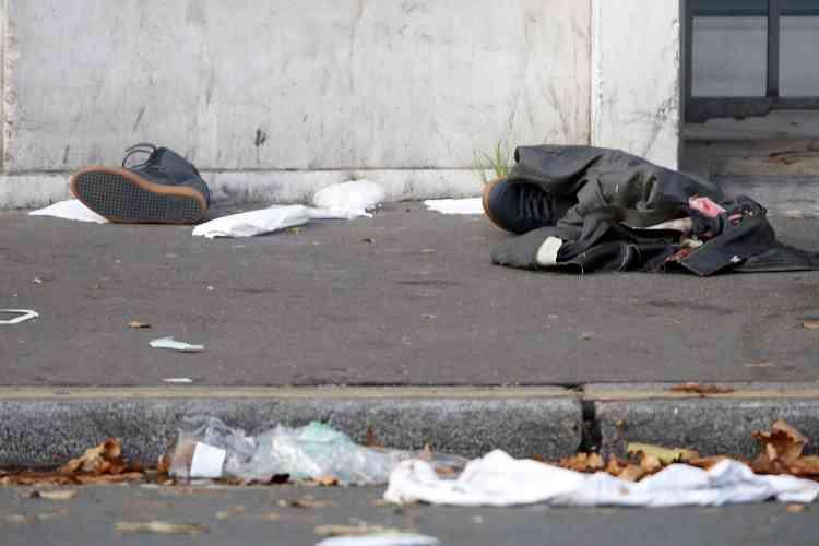 Des habits, sur un trottoir près du Bataclan, le 14 novembre au matin.