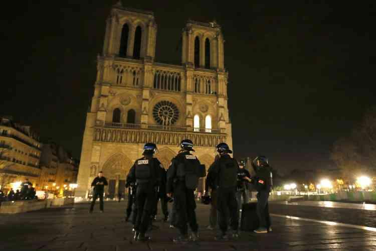 La police déployée devant Notre-Dame.