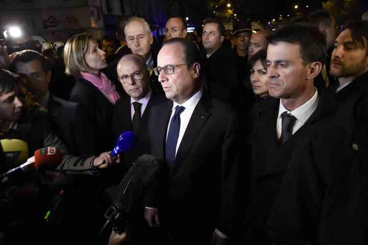 Le ministre de l'intérieur, Bernard Cazeneuve, le président de la République, François Hollande, et le premier ministre, Manuel Valls, près du Bataclan, dans la nuit du 13 au 14 novembre.