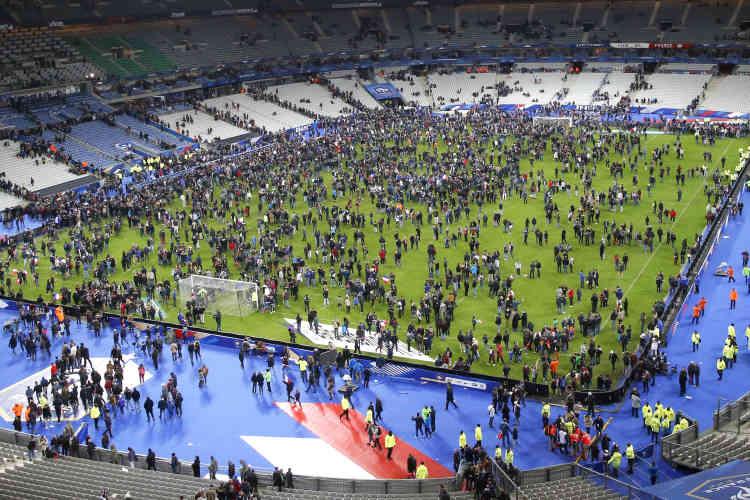 La foule envahit la pelouse du Stade de France. Alors que se déroulait le match France-Allemagne, trois explosions distinctes ont été entendues aux abords du stade. Quatre corps, dont ceux de trois assaillants, ont ensuite été retrouvés par les forces de l'ordre.