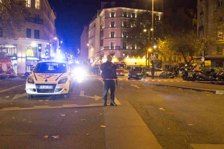 Rue du Faubourg-du-Temple. Vers 21 h 20, plusieurs coups de feu ont retenti. Cinq morts ont été recensés sur les lieux.