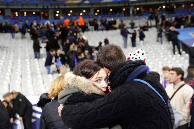 Des spectateurs au stade de France après les attaques du 13 novembre.