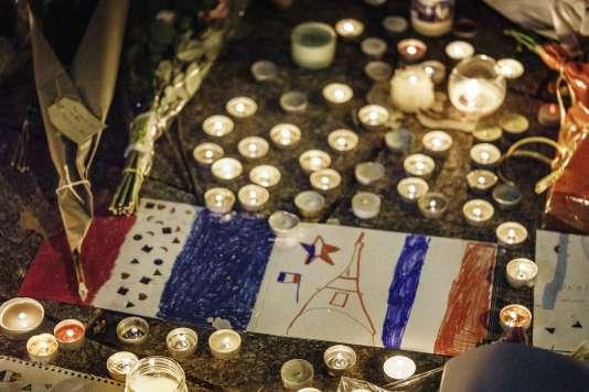 Un hommage aux victimes des attentats à Paris et à Saint-Denis, en novembre 2015.