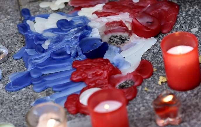 Bougies déposées devant l'ambassade de France à Madrid au lendemain des attentats du vendredi 13 novembre.