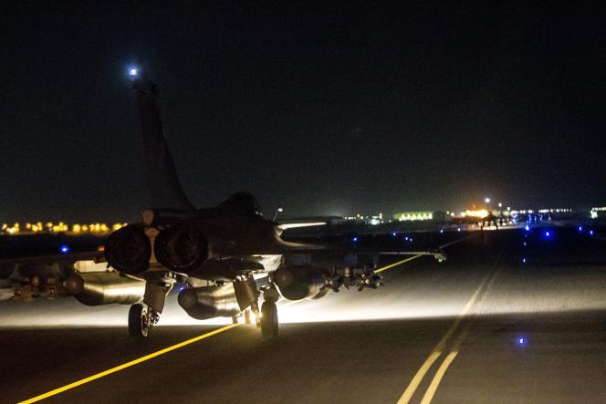 Des chasseurs français décollant pour aller frapper un poste de commandement de l'Etat islamique à Rakka, en Syrie, le 15 novembre 2015, sur un cliché fourni par l'armée française.