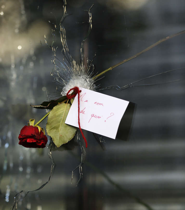 Sur un impact de balle dans la vitrine d'un restaurant de la rue de Charonne, le 15 novembre 2015.
