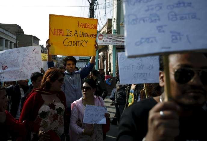 Manifestation pour dénoncer la pénurie de carburant qui frappe le Népal, le 10 novembre, à Katmandou.