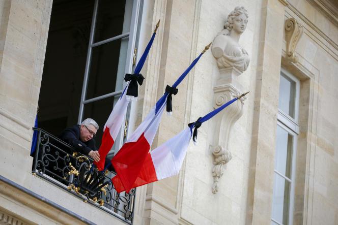 Mise en berne des drapeaux au palais de l'Elysée après les attentats du 13 novembre à Paris et à Saint-Denis.