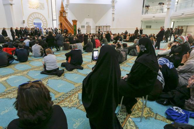 Une centaine de personnes, musulmans et non-musulmans, étaient rassemblées pour prier dans la Grande Mosquée de Lyon, le 15 novembre 2015, après les attentats du 13 novembre, à Paris.