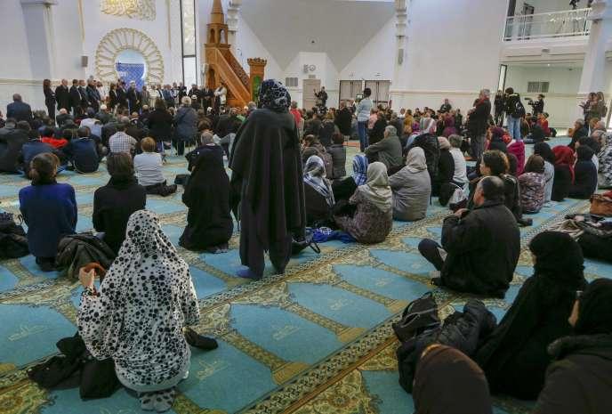 Prière œucuménique à la grande mosquée de Lyon, deux jours après les attentats du 13 novembre 2015 à Paris.