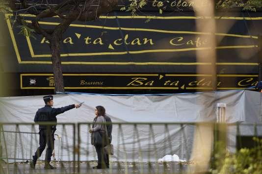 Devant le Bataclan après l'attentat, le dimanche 15 novembre.