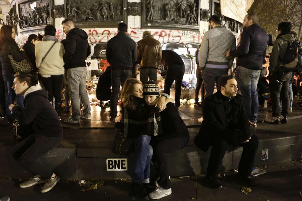 Des Parisiens se sont réunis sur la Place de la République, rendant hommage aux victimes de séries d'attaques terroristes, le 14 novembre.