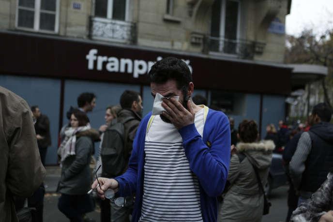 Des Parisiens se sont réunis sur la Place Republique, dimanche, rendant hommage aux victimes de series d'attaques terroristes survenues vendredi 13 novembre a Paris.